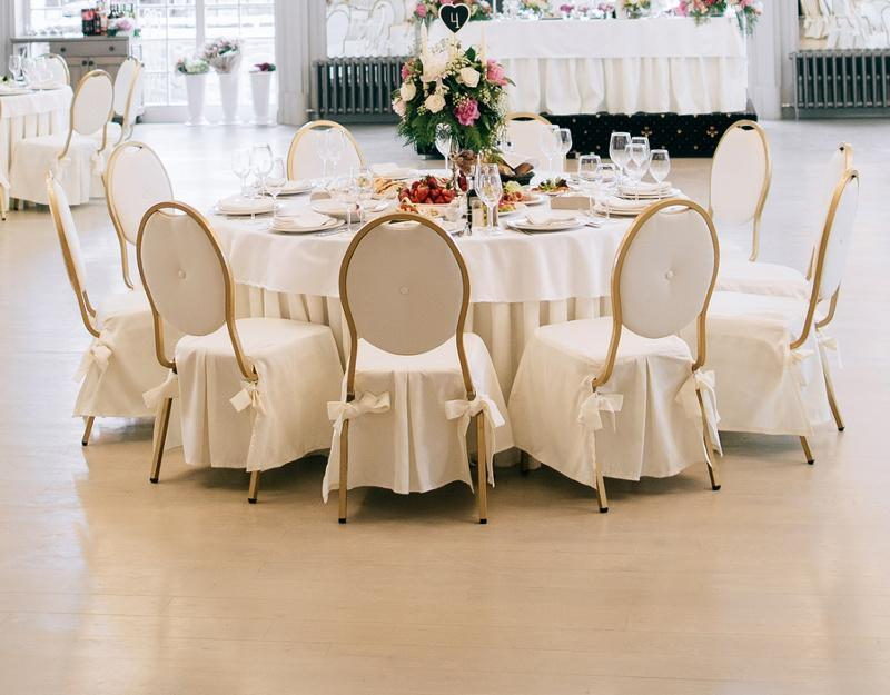 Złote krzesła na przyjęcie
