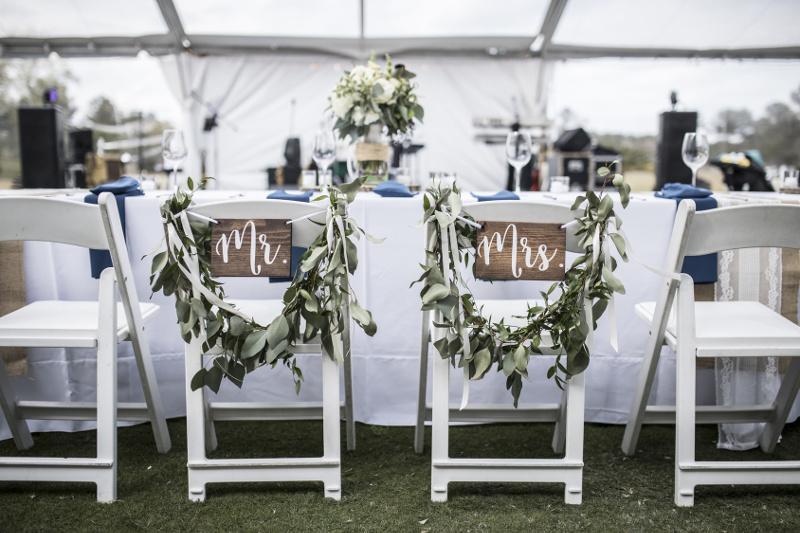 Drewniane krzesła na weselu – jak sprawić aby wyglądały nietuzinkowo?