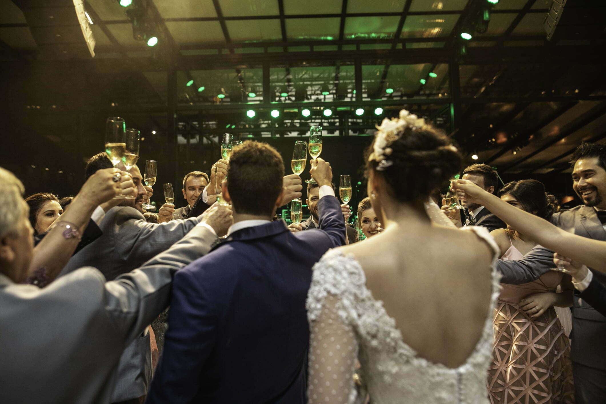 Jak przygotować eleganckie wejście dla gości na wesele – słupki