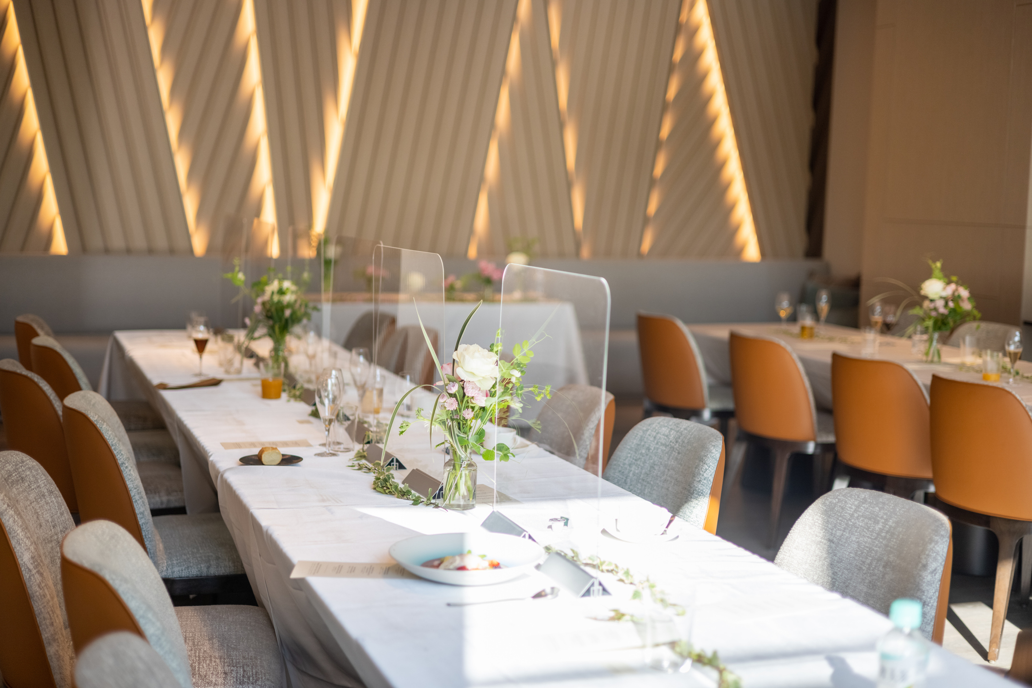 Jak ustawić stoły weselne, by poprawić integrację gości?